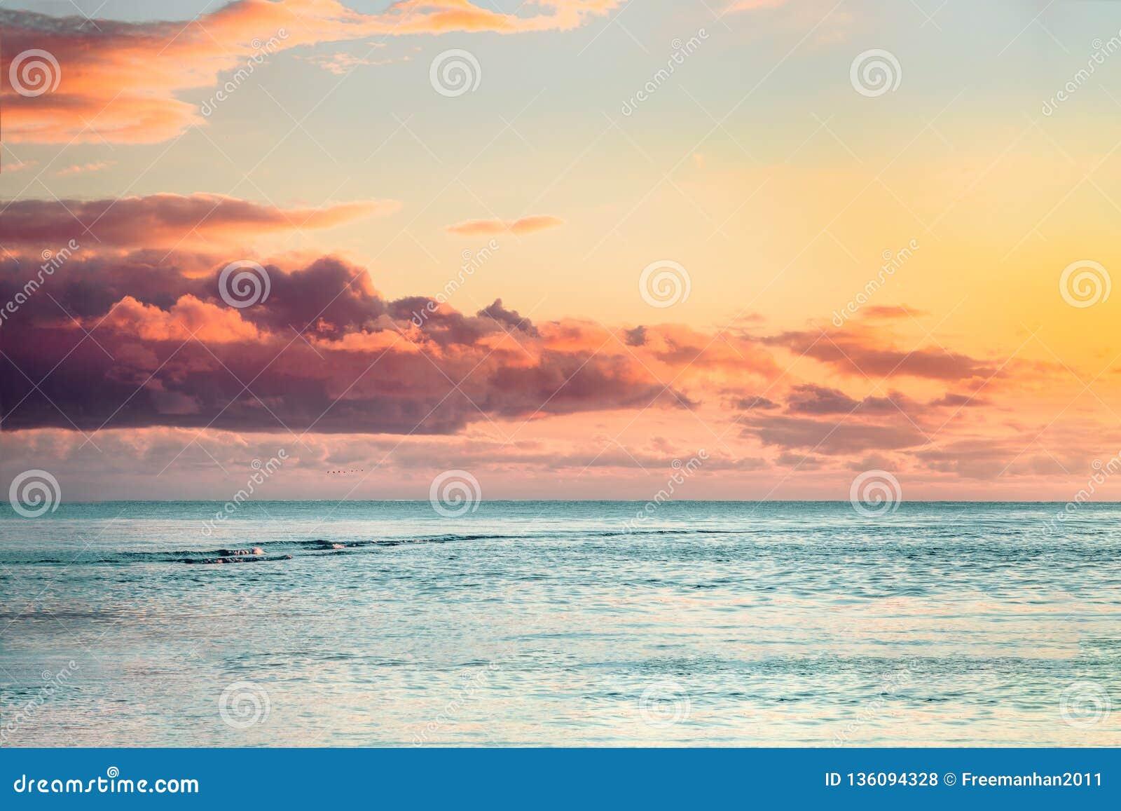 与五颜六色的云彩的美好的海日落
