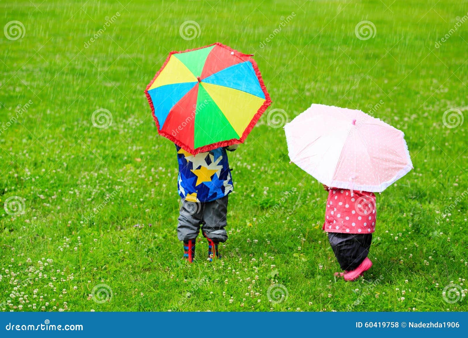 与五颜六色的伞的孩子在雨天