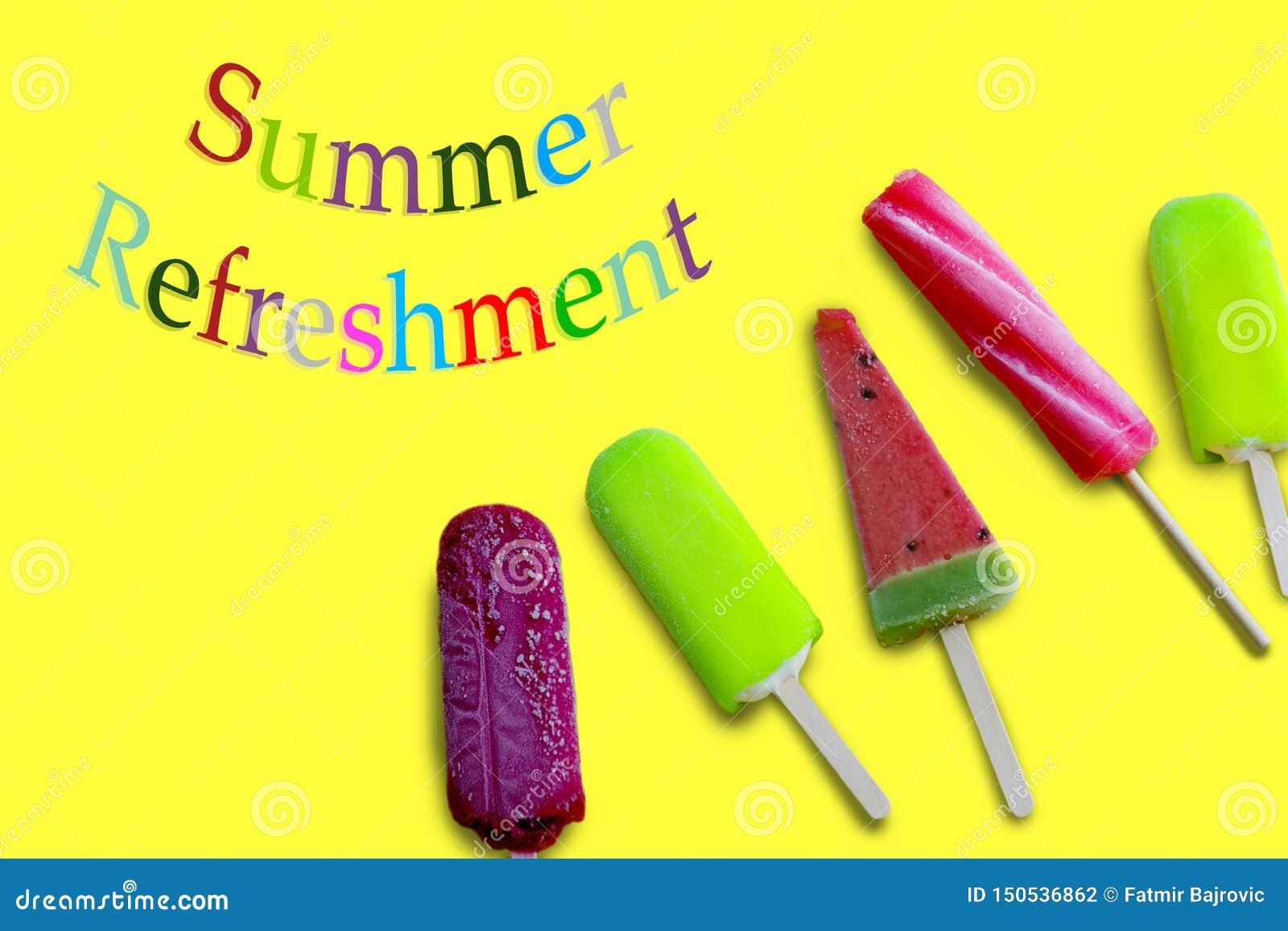与五颜六色的信件的夏天黄色表面上的茶点和五冰淇淋