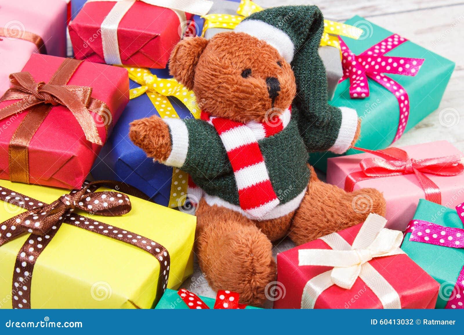 与五颜六色的礼物的玩具熊圣诞节或其他庆祝的