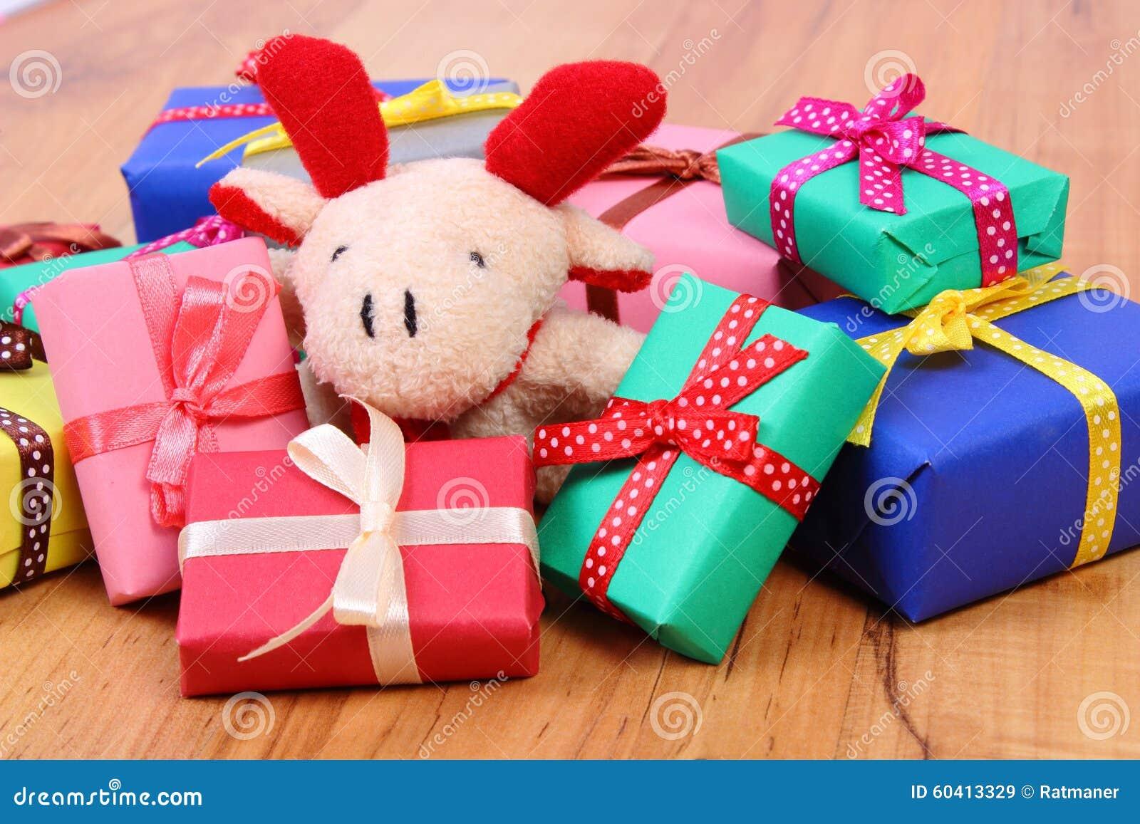 与五颜六色的礼物的长毛绒驯鹿圣诞节或其他庆祝的