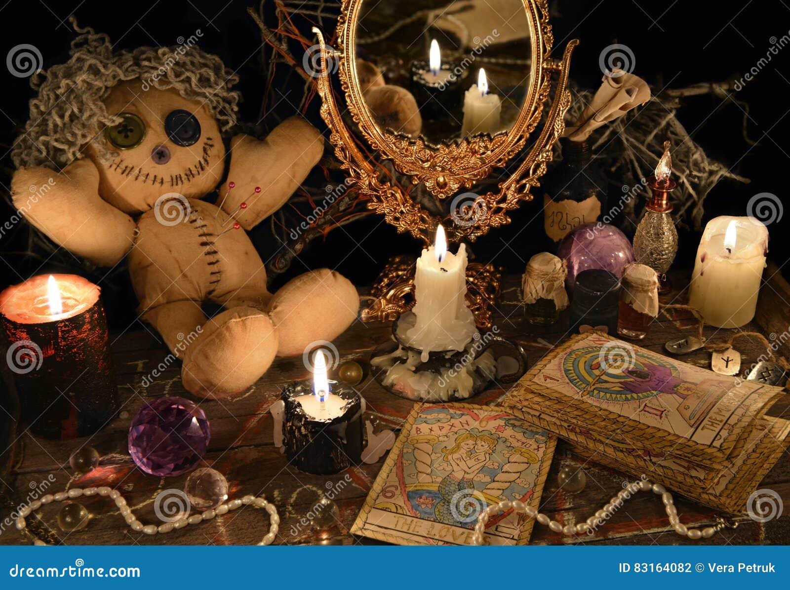 与伏都教玩偶、镜子和占卜用的纸牌的不可思议的仪式