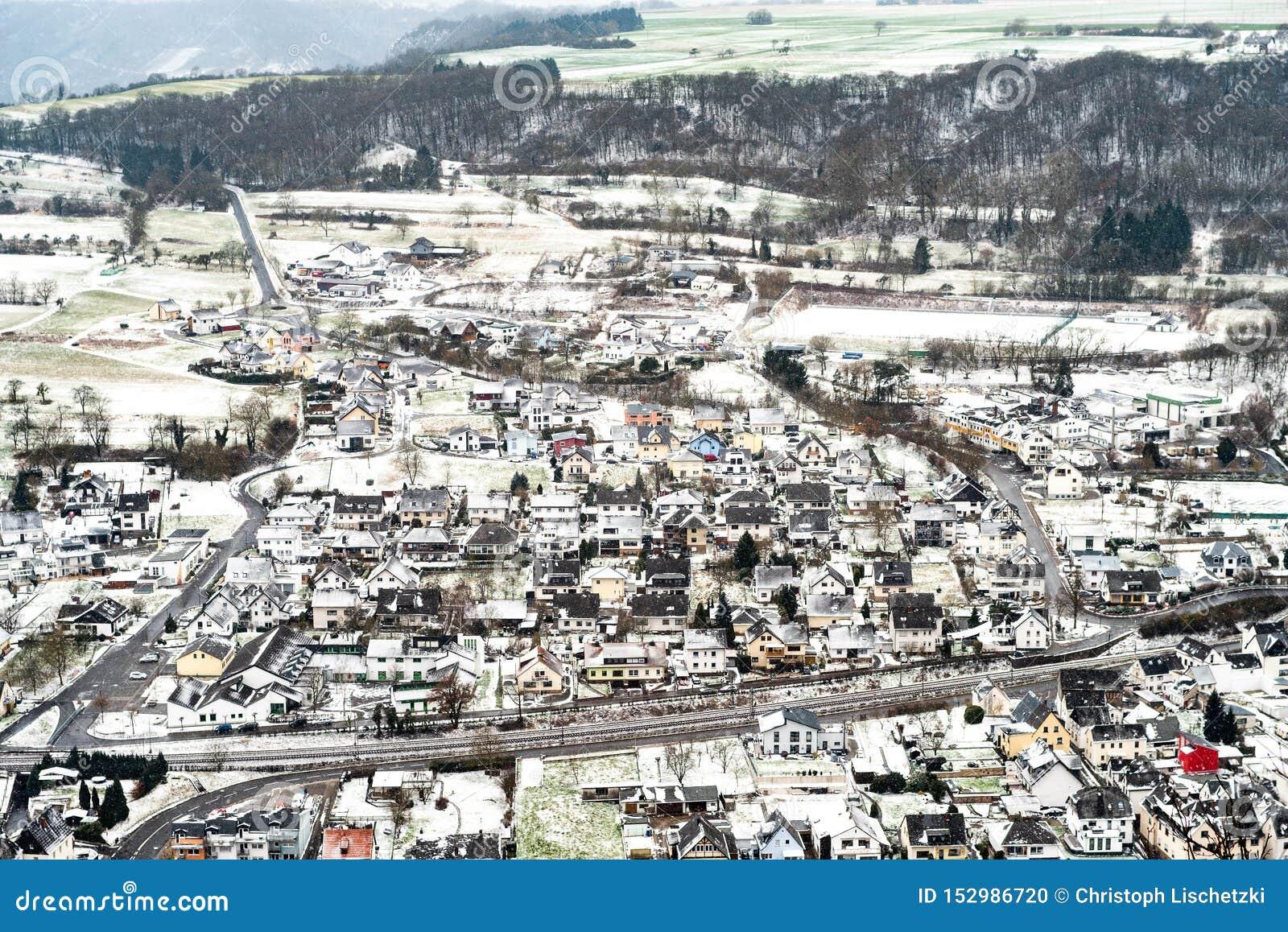 与传统村庄的乡下风景摩泽尔河谷的在德国在寒冷冬天早晨