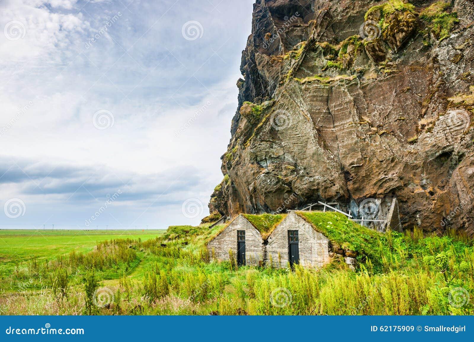 与传统冰岛草皮房子的美好的风景