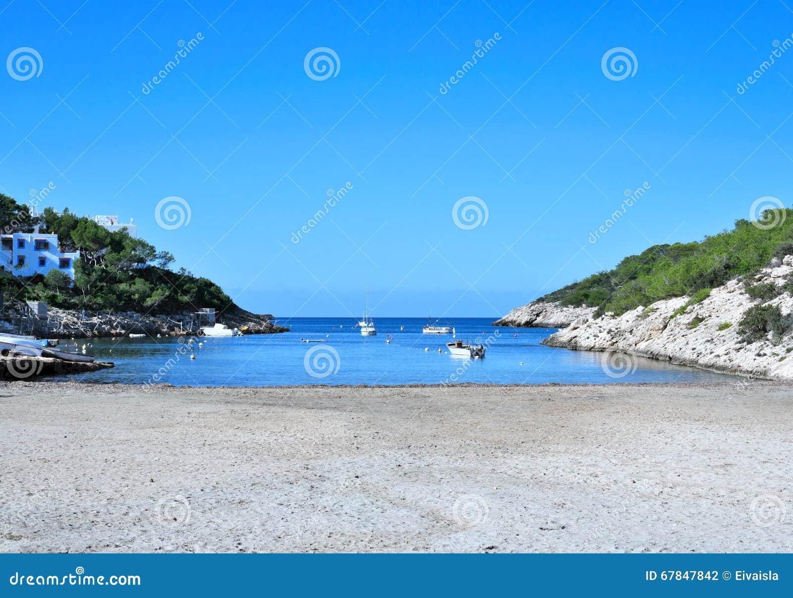 与停住的渔夫小船的空的海滩