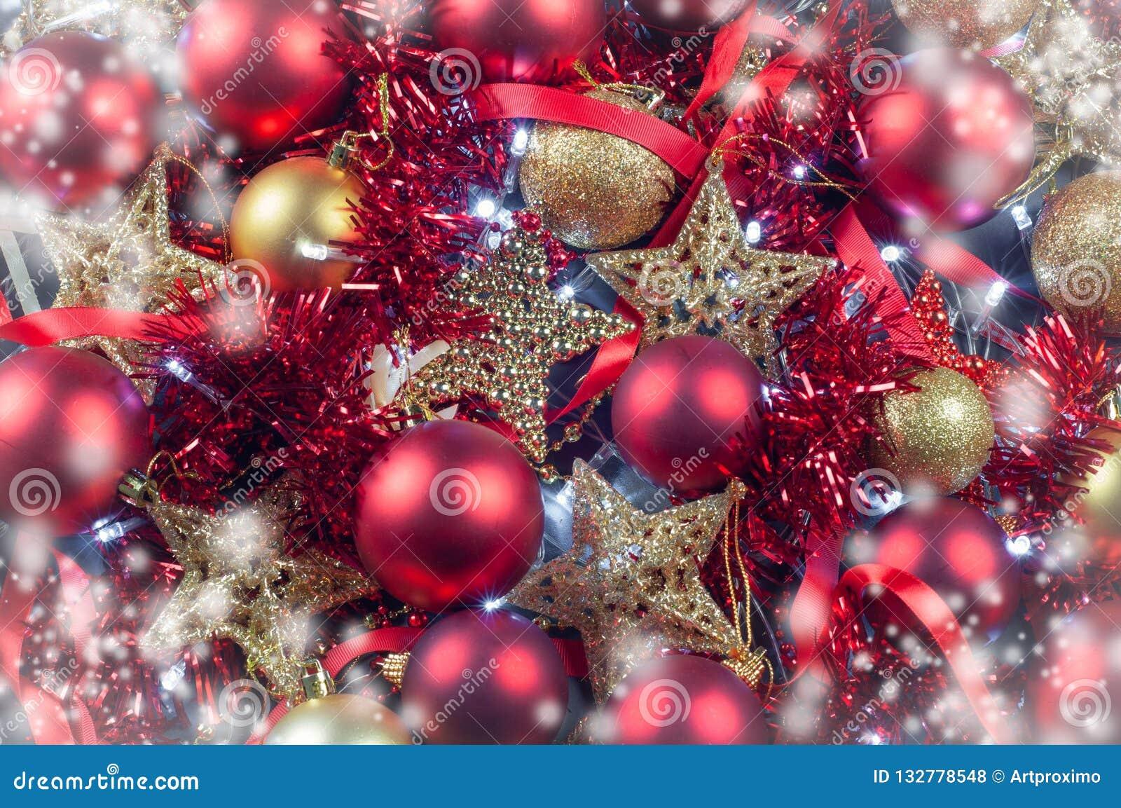 与光诗歌选的红色和金黄圣诞装饰玩具球和星背景