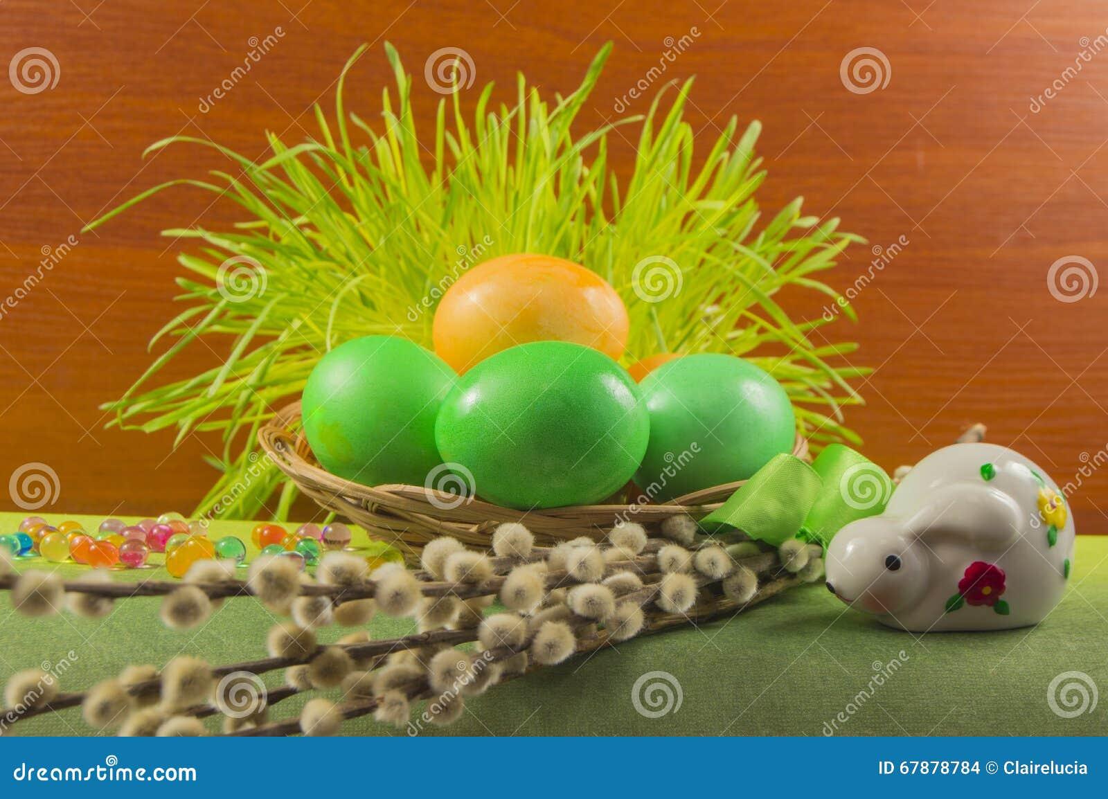 与兔宝宝和杨柳的五颜六色的复活节彩蛋