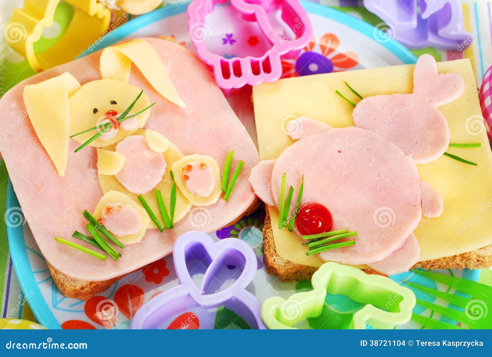 与兔宝宝的复活节三明治孩子的