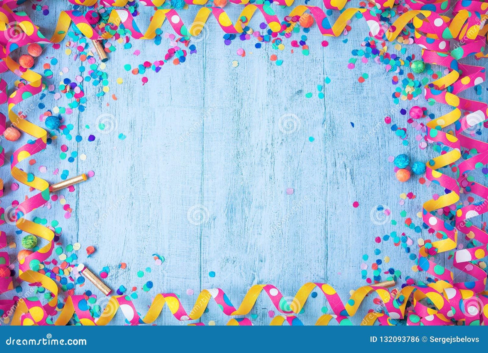 与党项目的五颜六色的生日或狂欢节框架在木背景