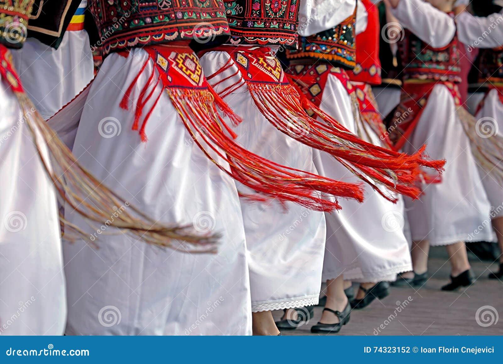 与具体服装的罗马尼亚传统舞蹈