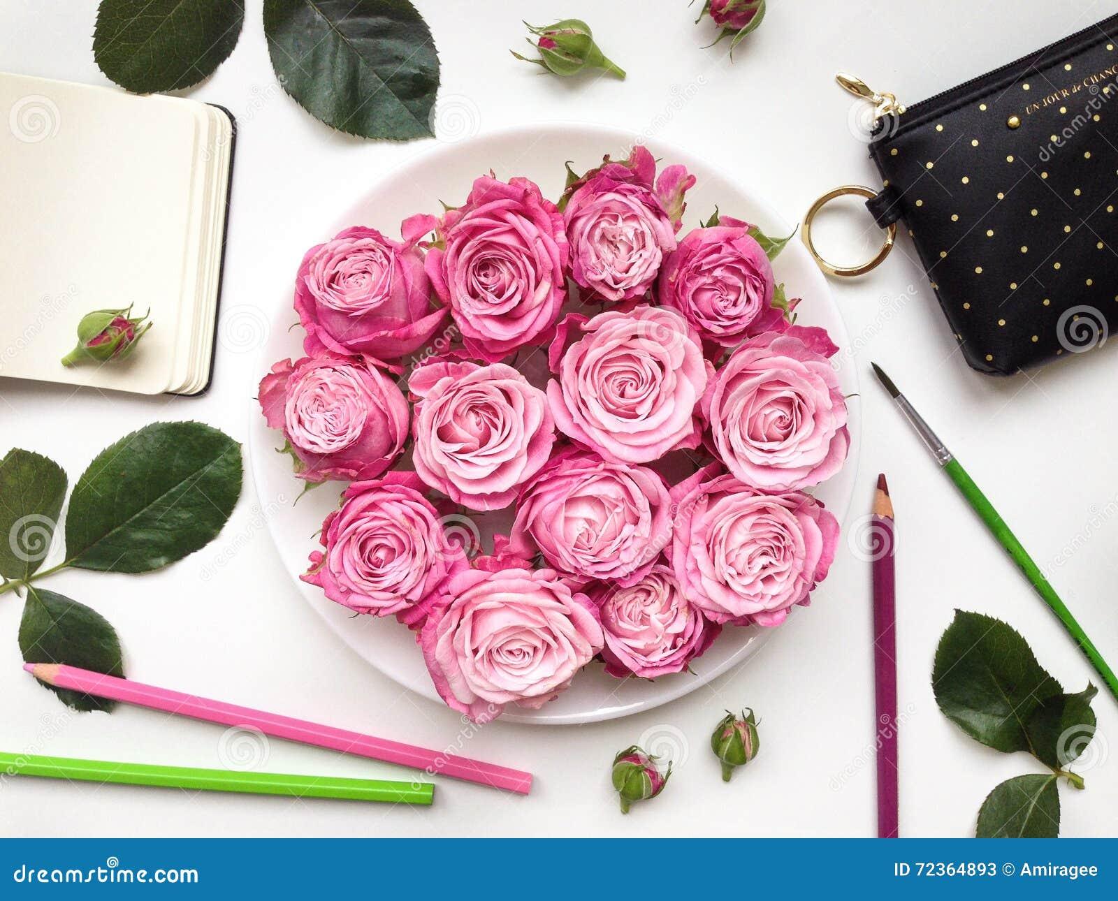 与写生簿、玫瑰和辅助部件的五颜六色的构成 平的位置