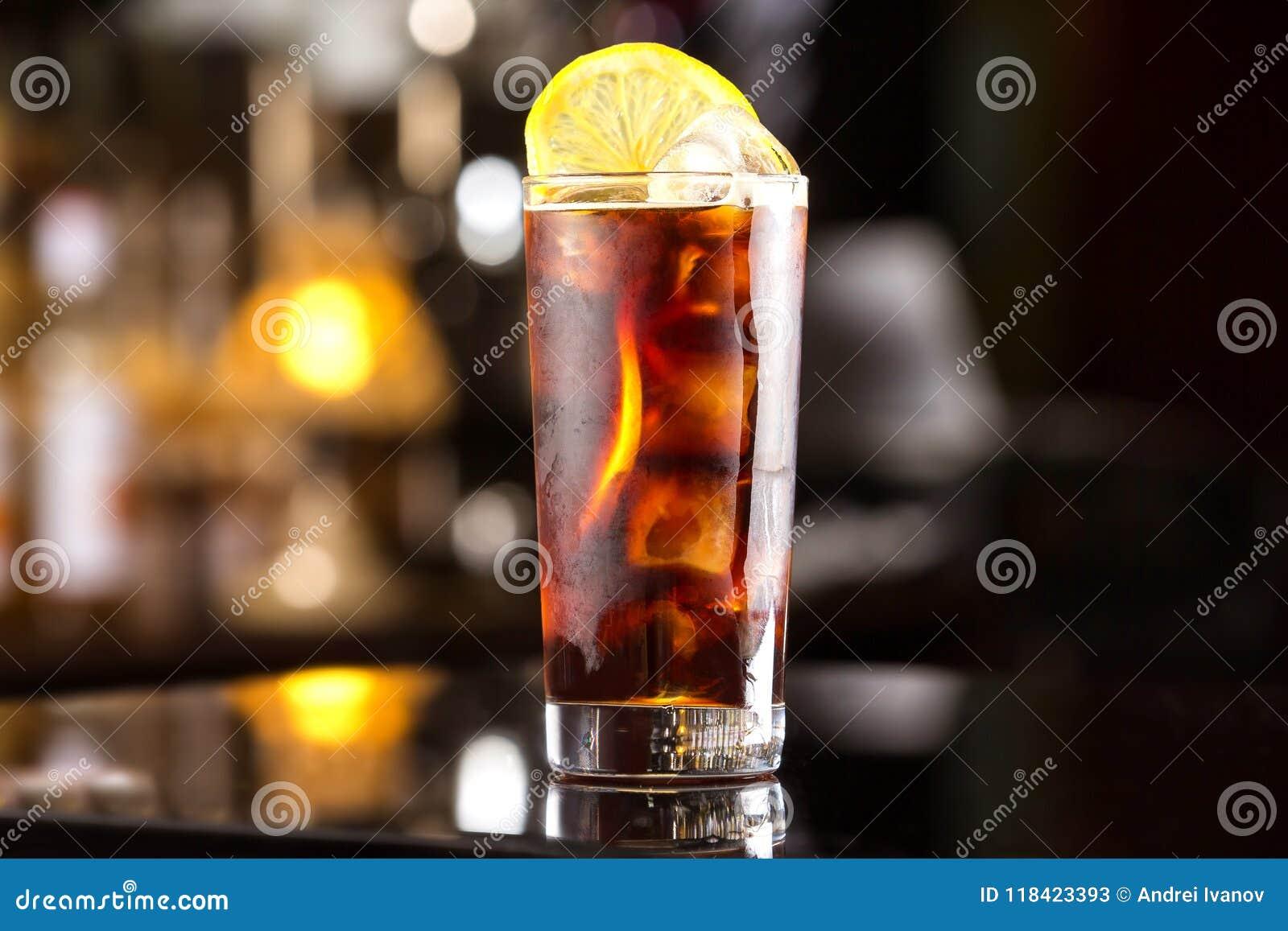 与冰块和柠檬的兰姆酒可乐偶然鸡尾酒在欢乐酒吧