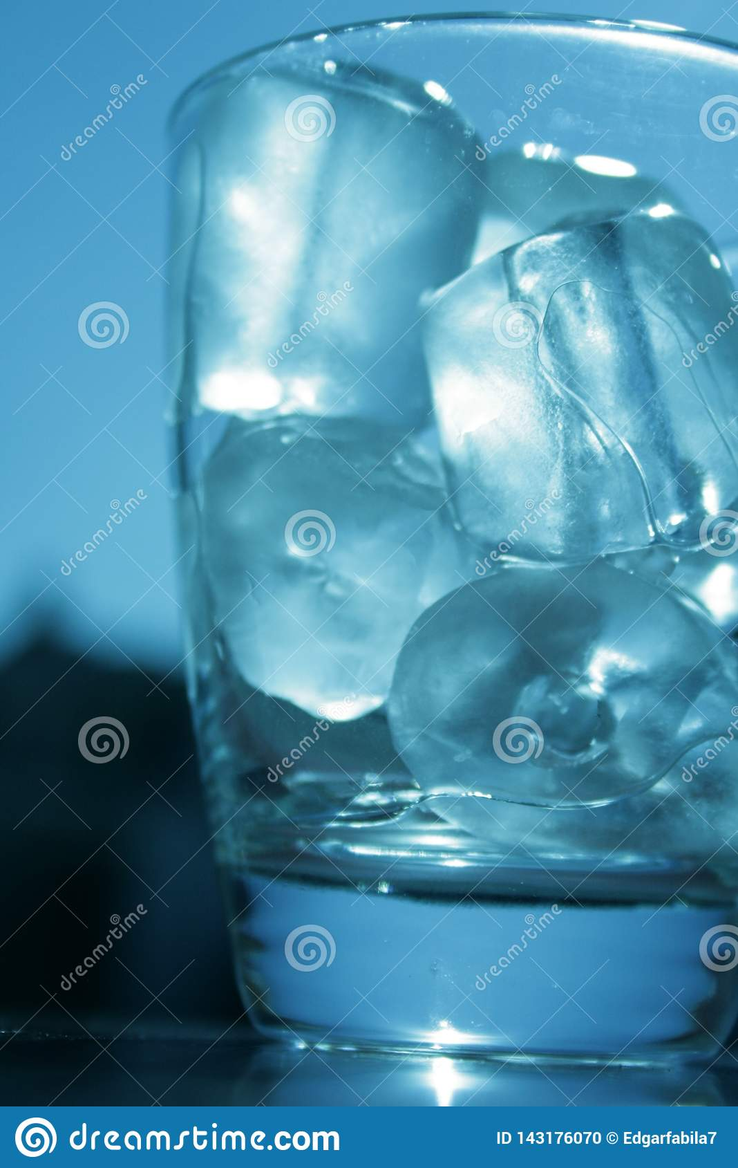 与冰块的玻璃