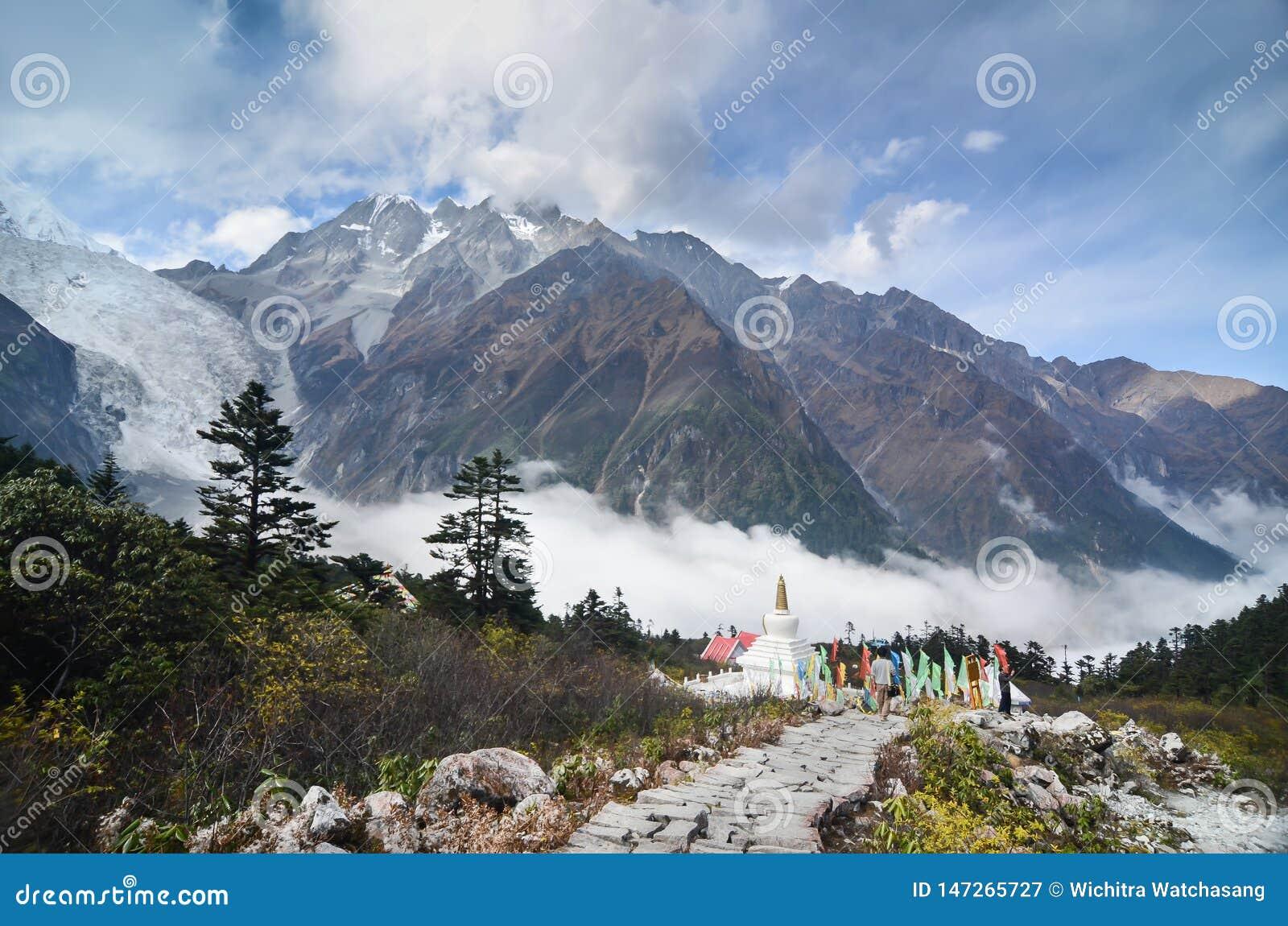 与冰川和薄雾的Stupa在海螺沟全国冰川森林公园