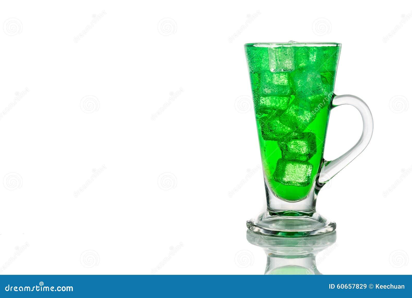 与冰的刷新的绿色泡沫腾涌的软饮料在透明玻璃