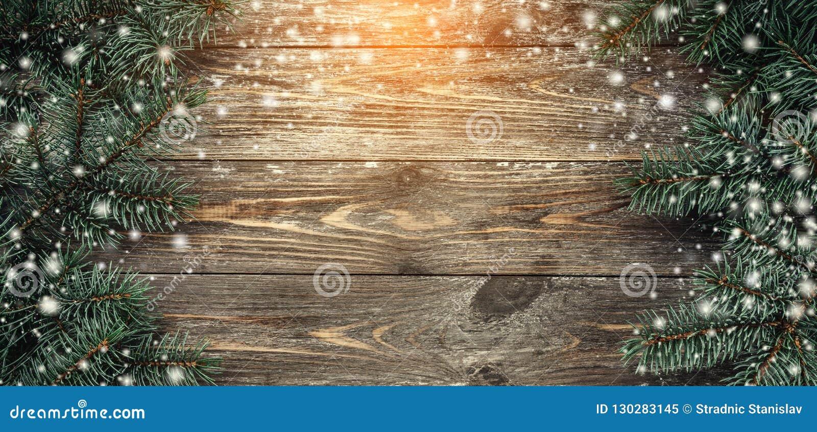 与冷杉分支的老木背景 问候消息的空间 袋子看板卡圣诞节霜klaus ・圣诞老人天空 顶视图 光和雪花的作用