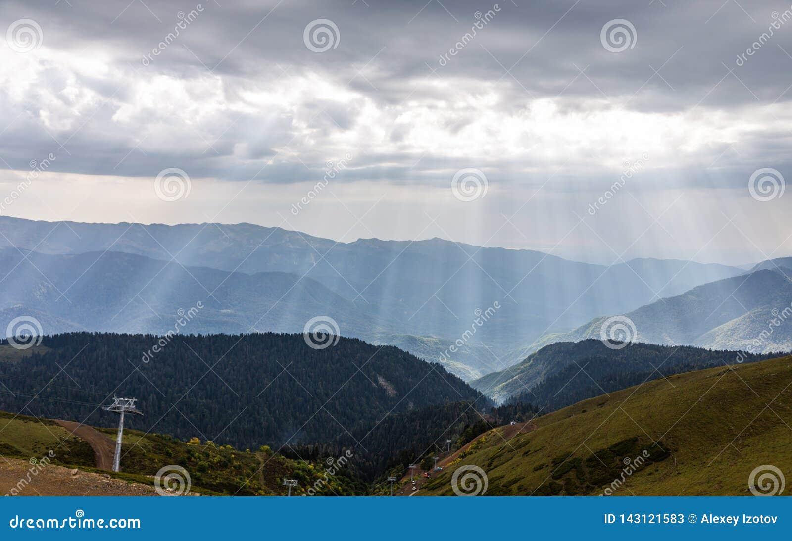 与击穿通过他们的雷雨云和太阳光芒,克拉斯诺达尔地区,俄罗斯的剧烈的天空