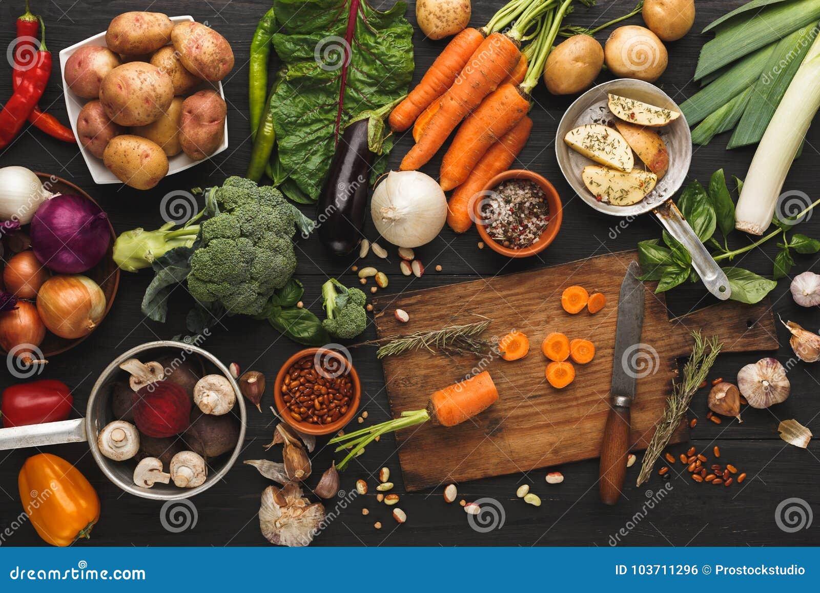 与刀子的切的红萝卜在木切板,背景