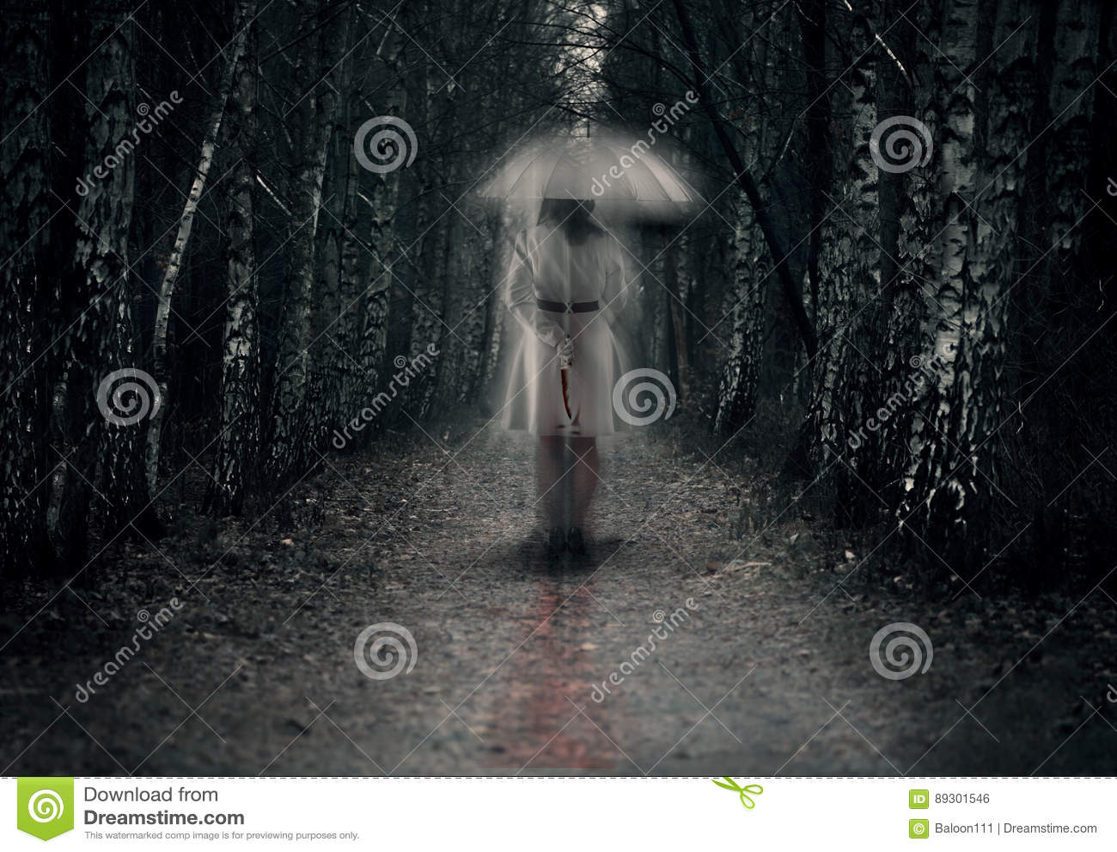 与刀子的可怕妇女鬼魂