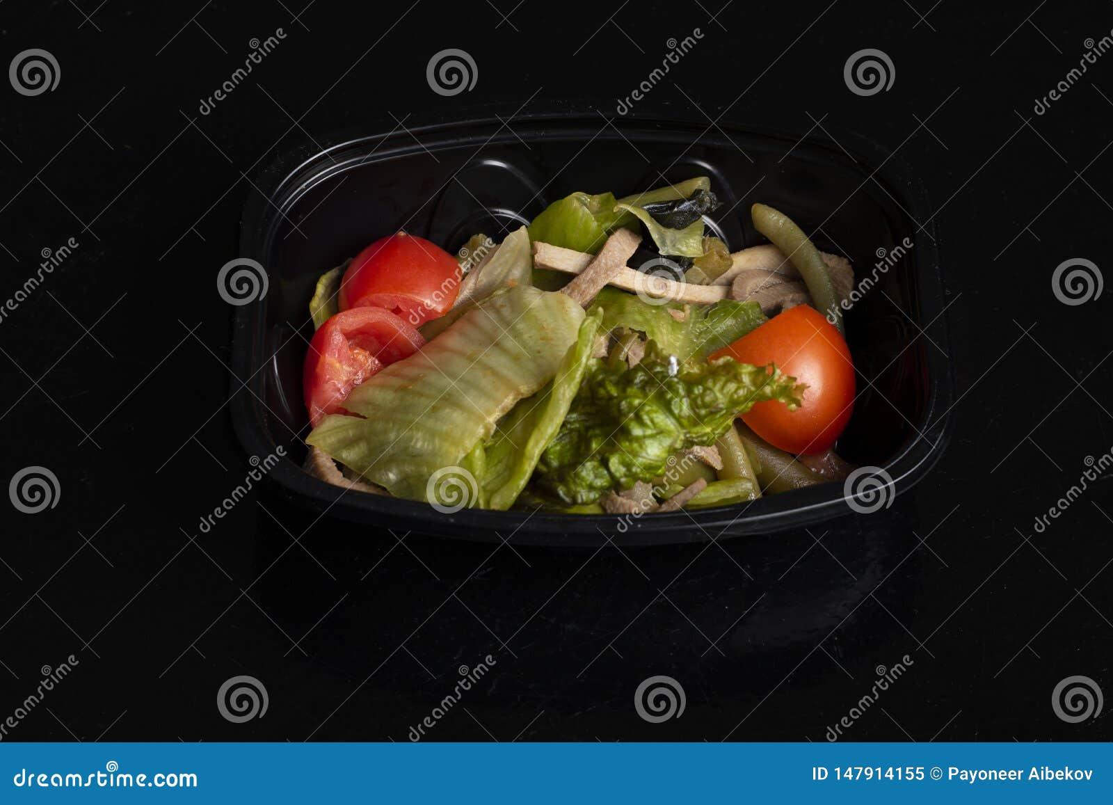 与分鱼刀,适当的营养的,平衡饮食素食主义者沙拉的未加工的蔬菜