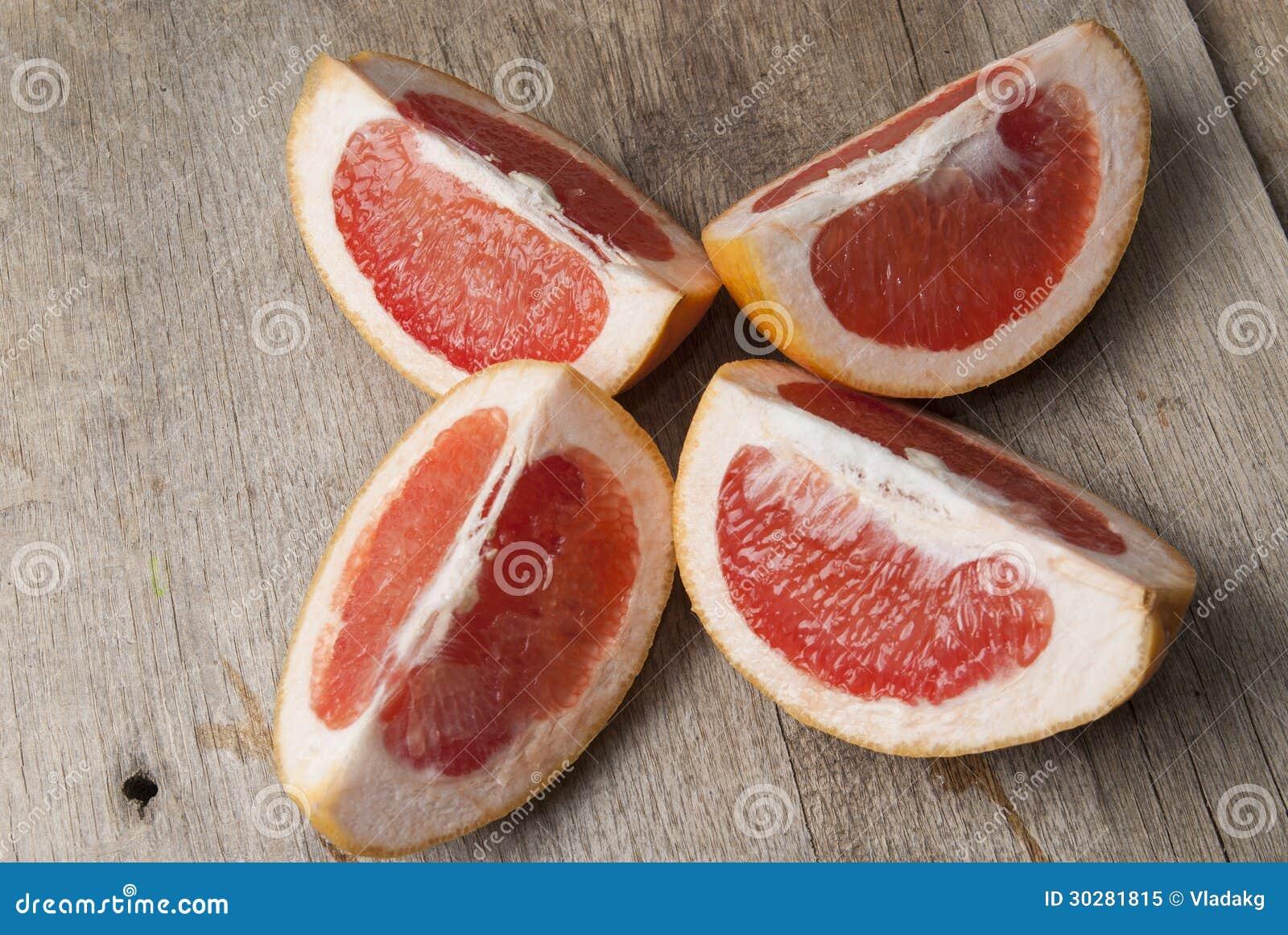 与切片的葡萄柚在一张木桌
