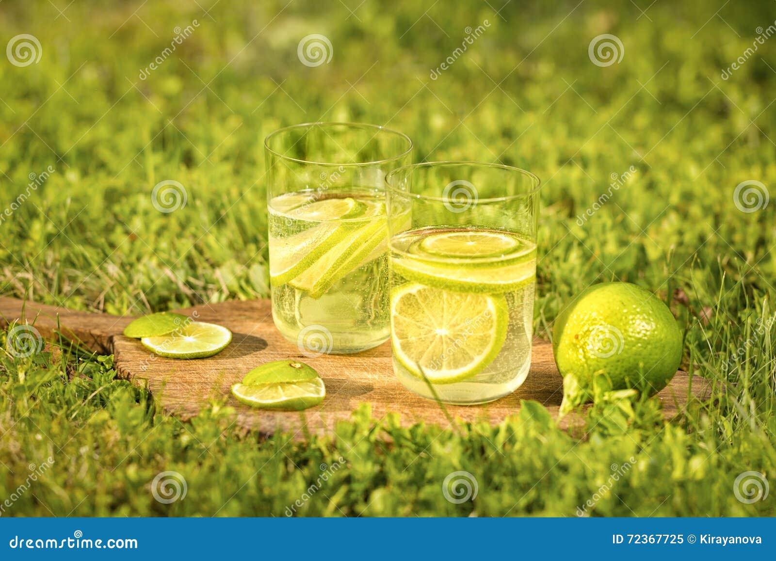 与刷新的饮料的两杯的静物画从石灰的