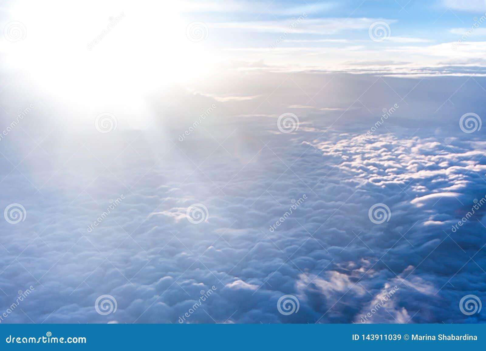 与厚实的轻的云彩的美好的神圣风景