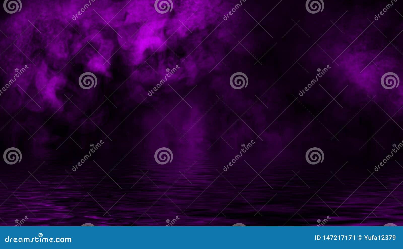 与反射的紫色烟在水中 奥秘雾纹理背景 设计纹理