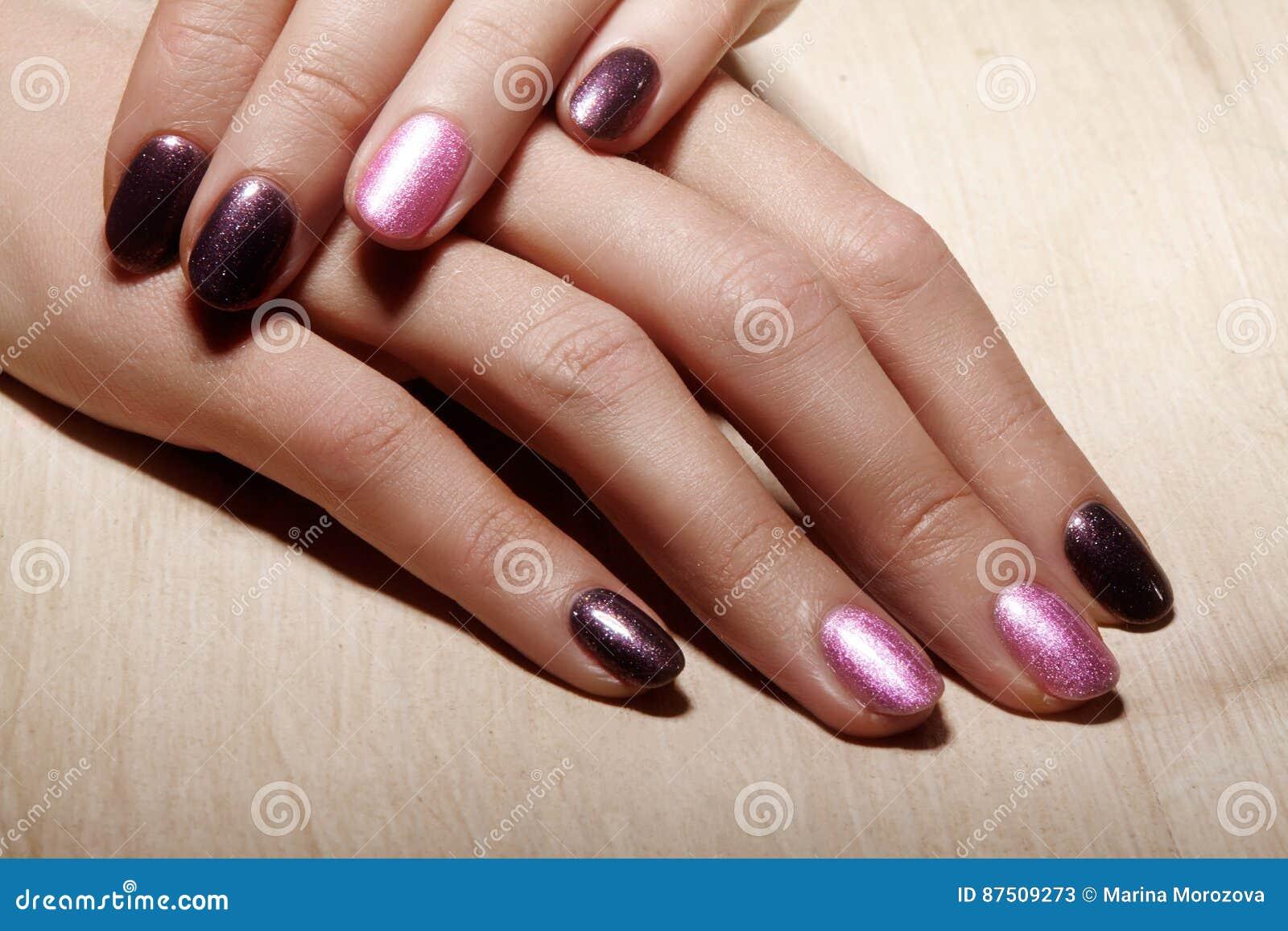 与发光的指甲油的被修剪的钉子 与明亮nailpolish的修指甲 时尚与发光的胶凝体亮漆的艺术修指甲
