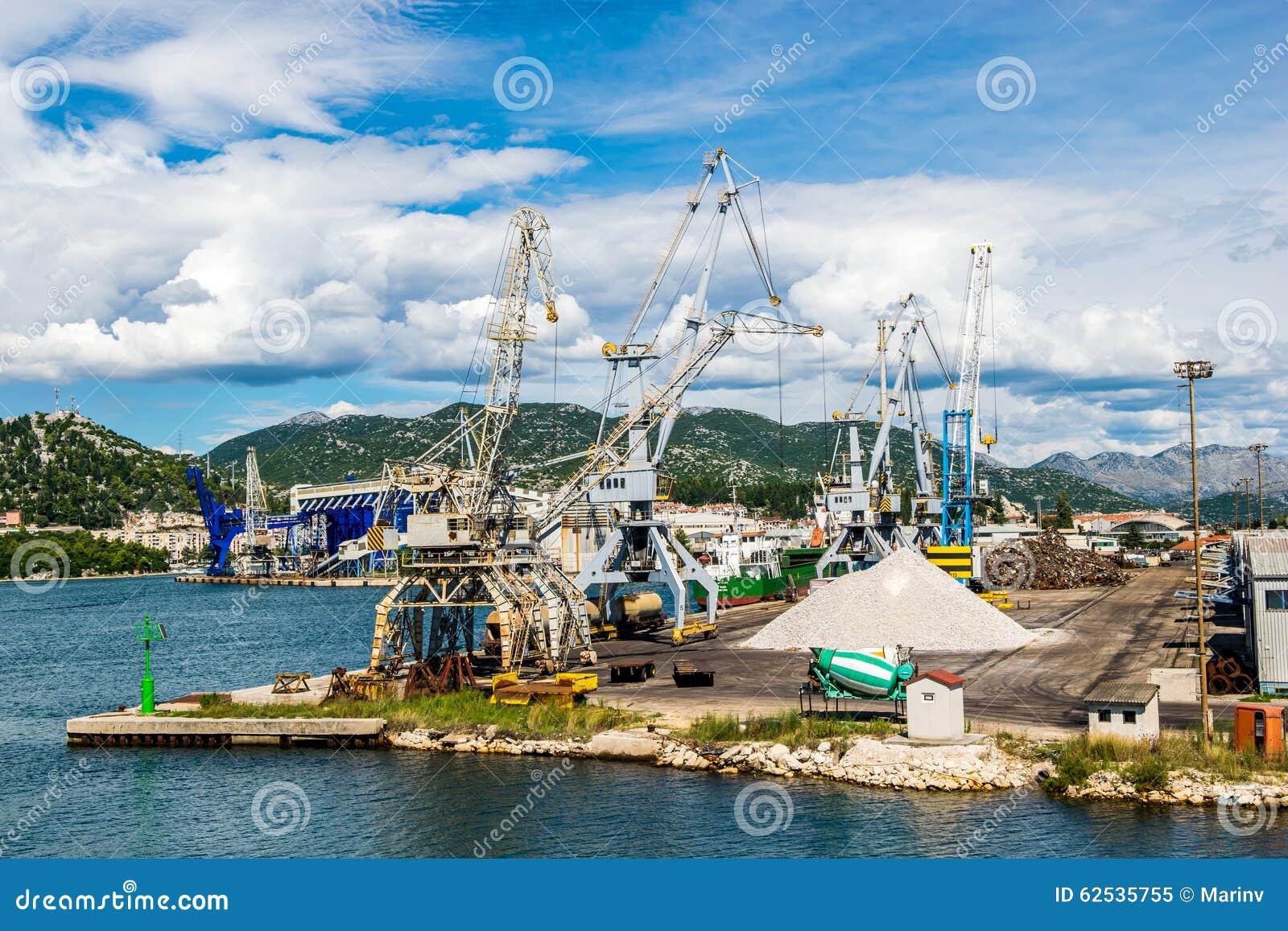 与口岸基础设施的散货在口岸普洛切,最大的海港在南克罗地亚
