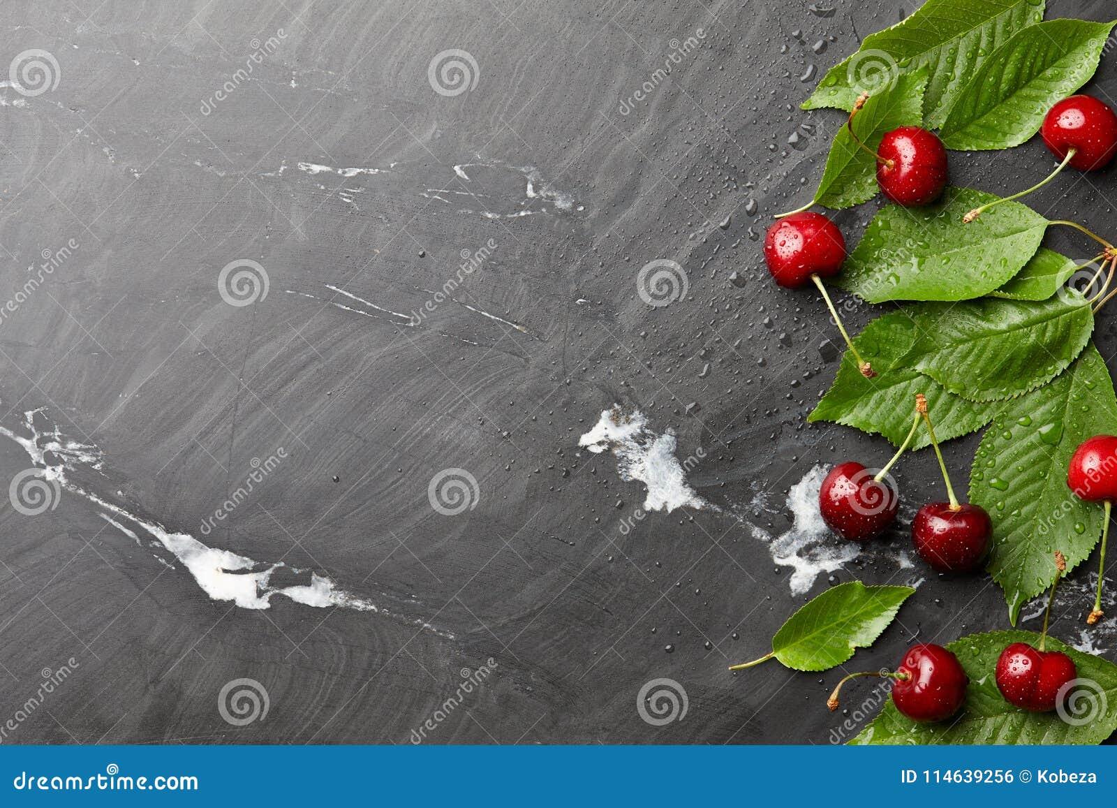 与叶子的Frsh甜樱桃在黑石头