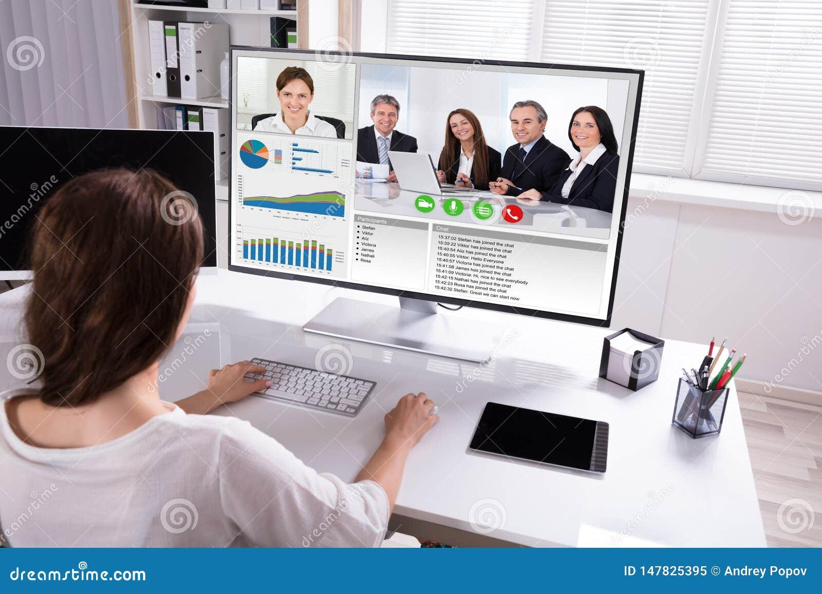 与同事的女实业家视讯会议在计算机上