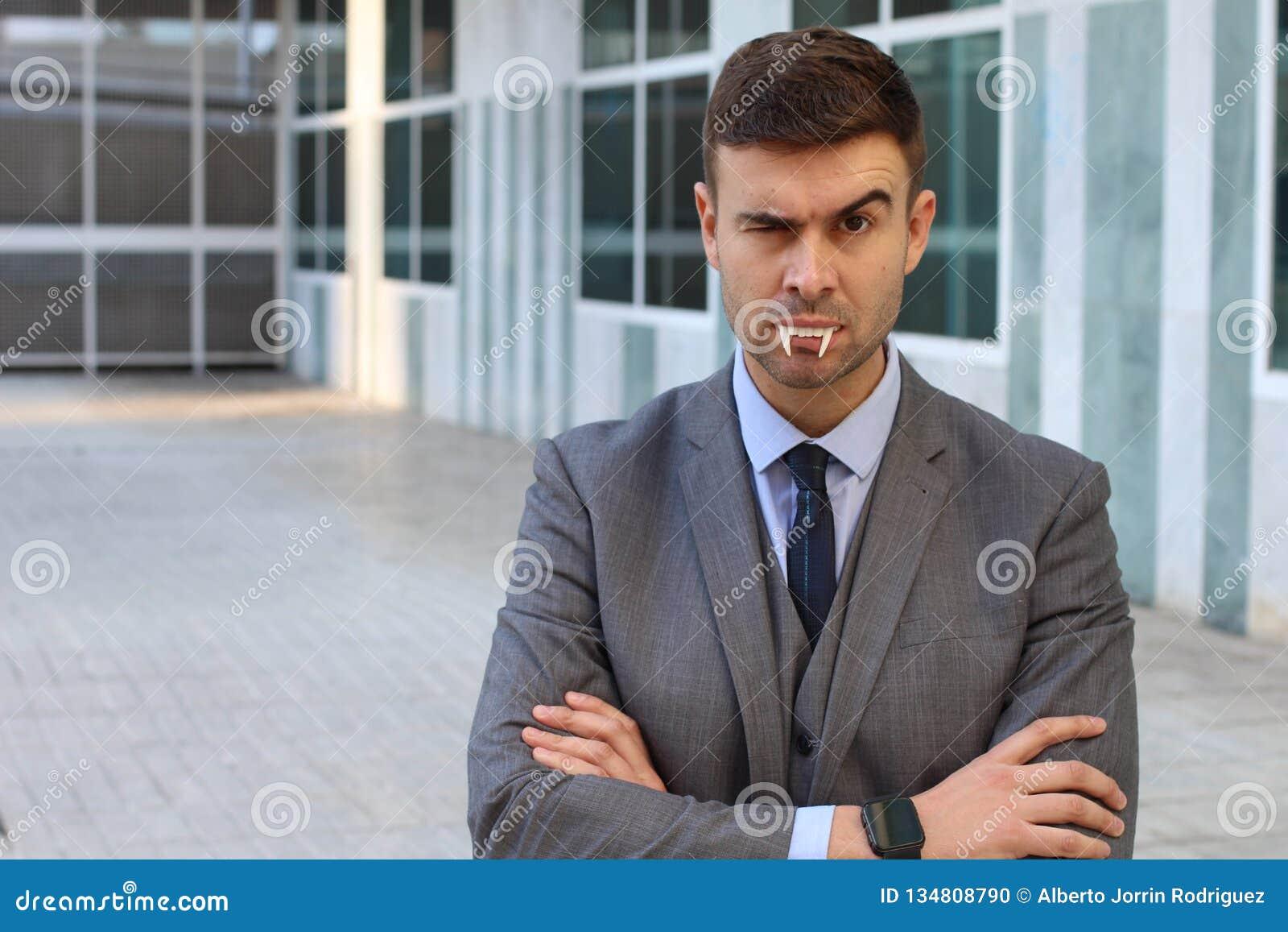 与吸血鬼犬齿的商人在办公室