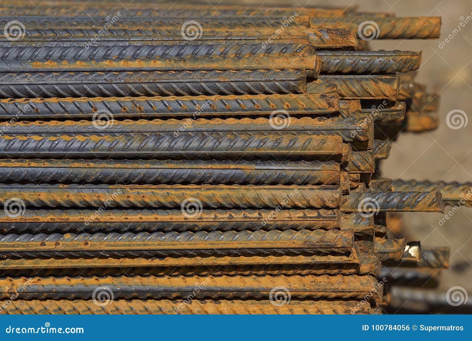 与周期性外形的配筋在组装在金属制品仓库被存放