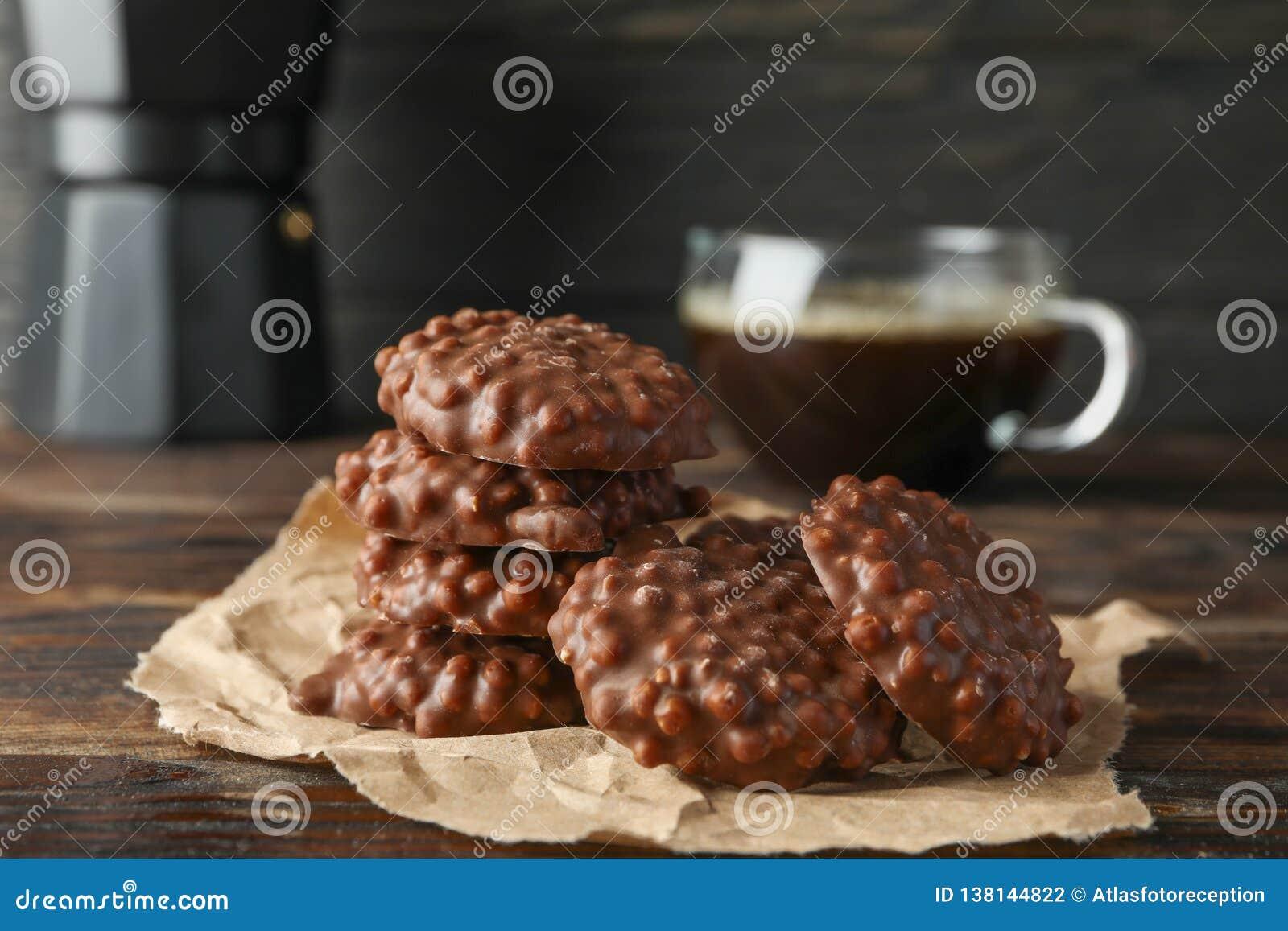 与咖啡的鲜美巧克力饼干在木桌上的