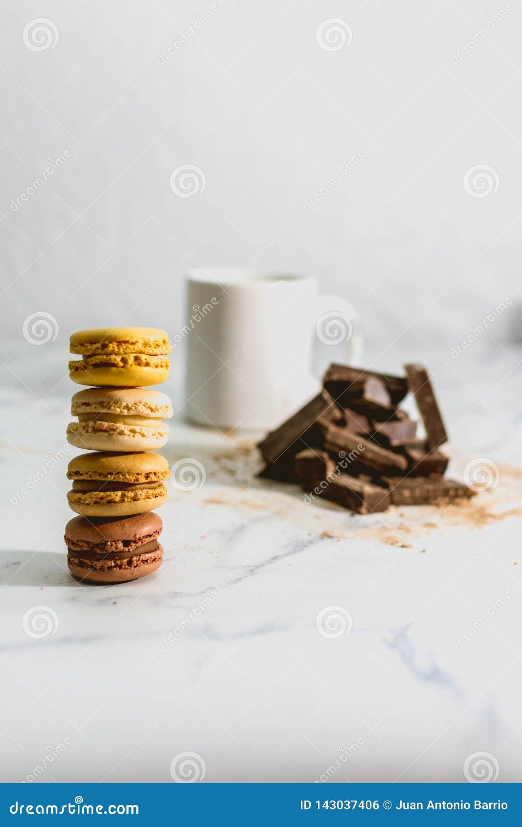 与咖啡的鲜美甜macarons在背景的