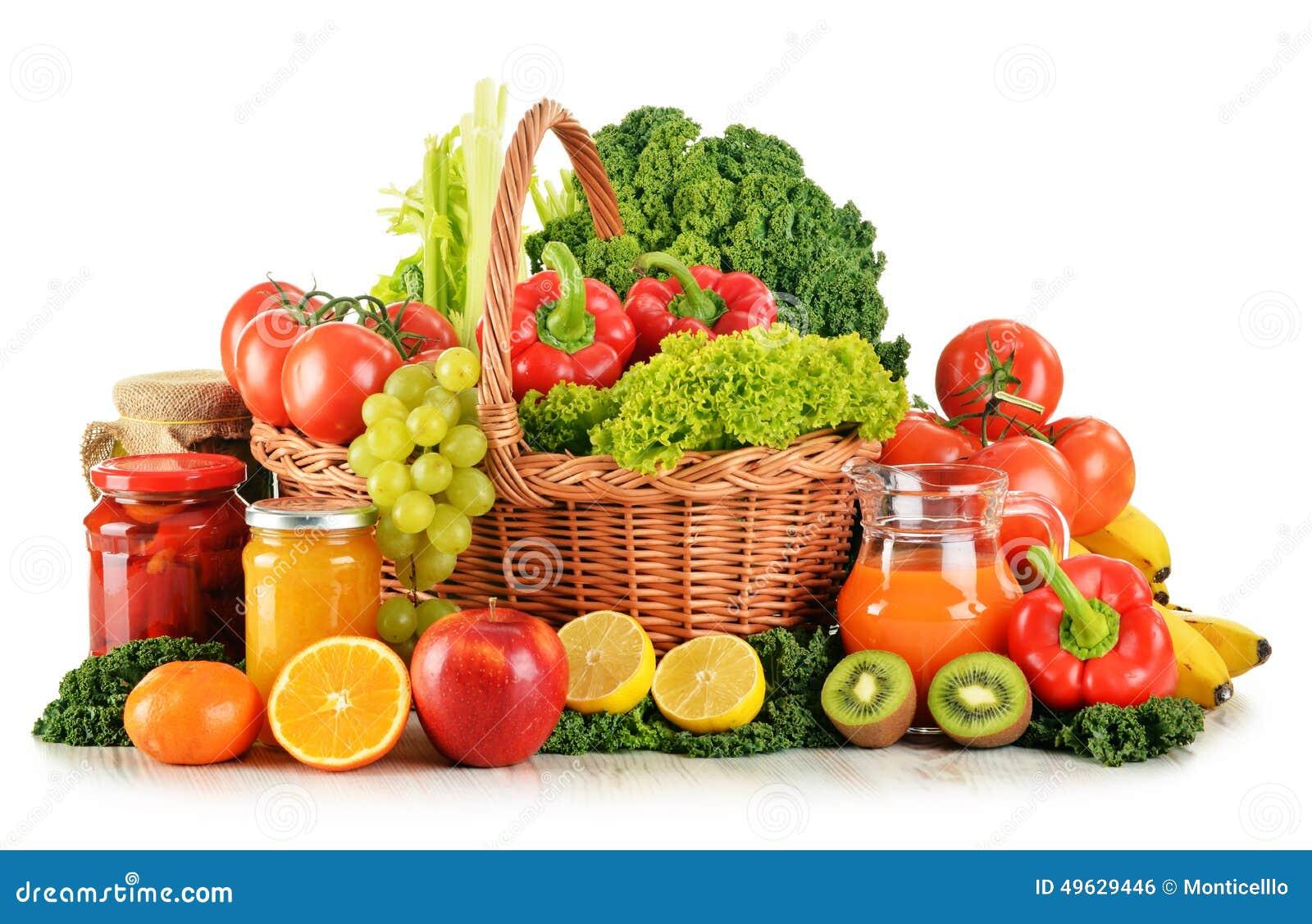水果种类_与品种有机蔬菜和水果的构成在白色的柳条筐.
