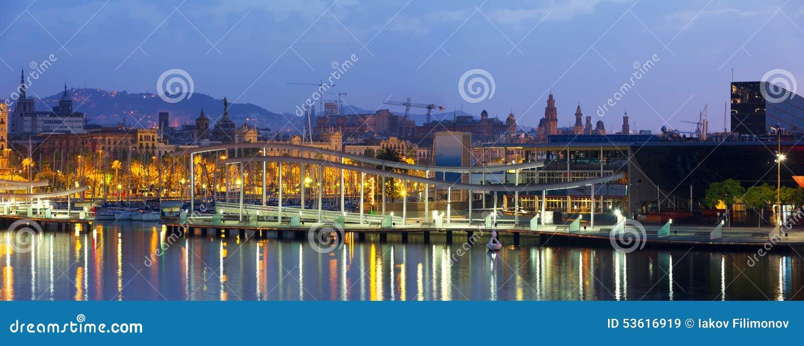 与商业中心的口岸Vell在黎明 巴塞罗那