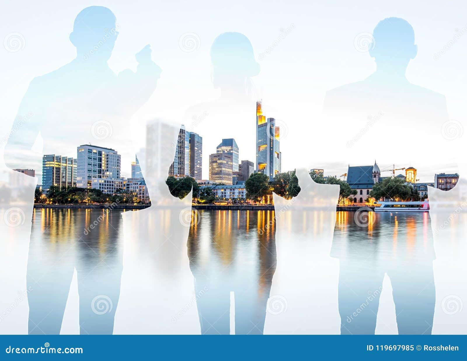 与商人和现代都市风景的两次曝光