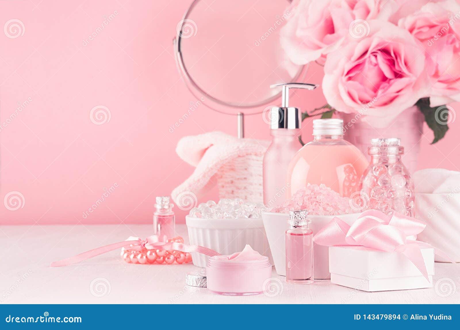与圆的镜子、花和化妆用品产品的柔和的少女梳妆台-玫瑰油,腌制槽用食盐,奶油,香水