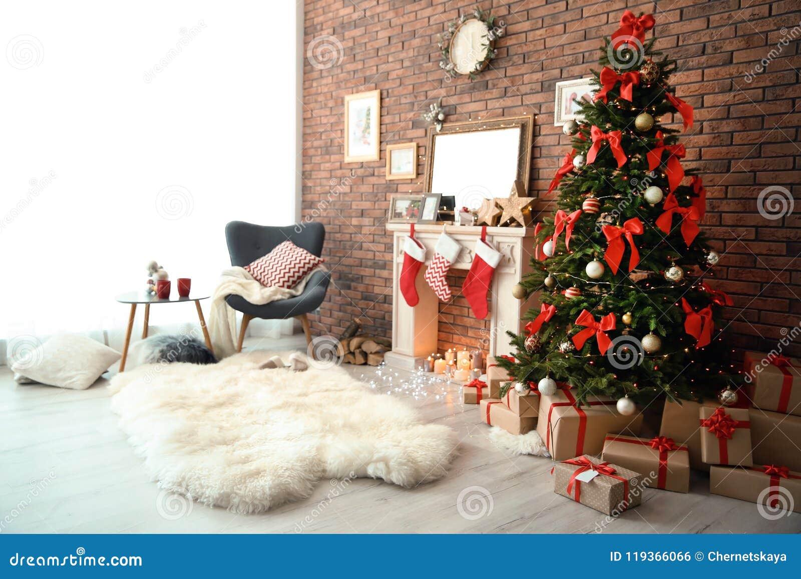 与圣诞树的室内部和礼物临近装饰壁炉