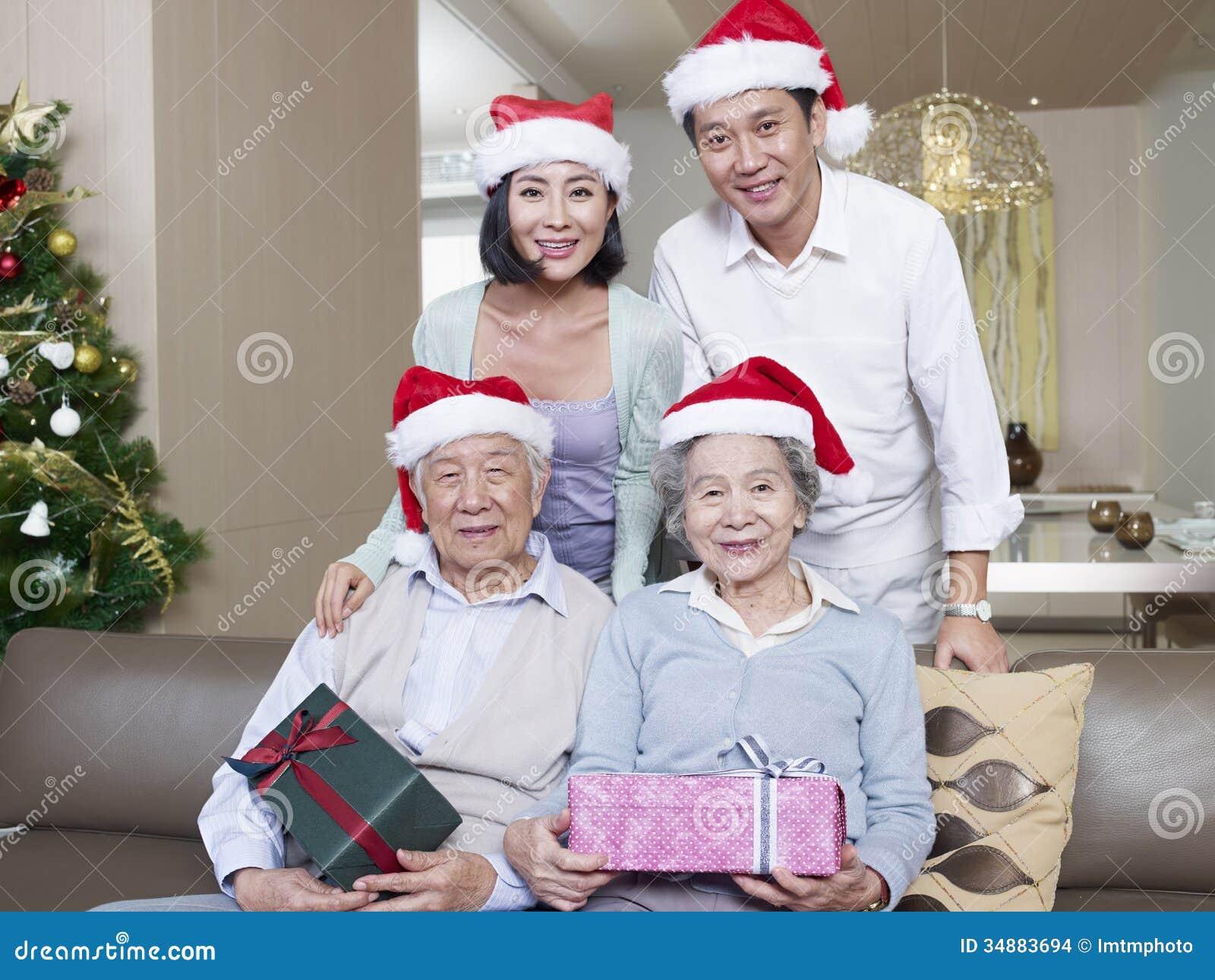 与圣诞节帽子的亚洲家庭