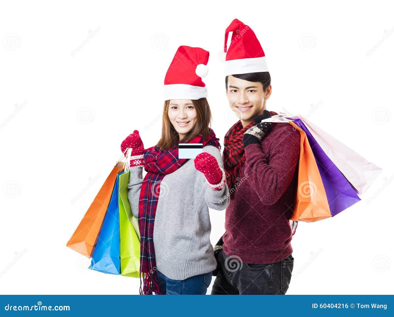 与圣诞节穿戴一起的愉快的夫妇购物