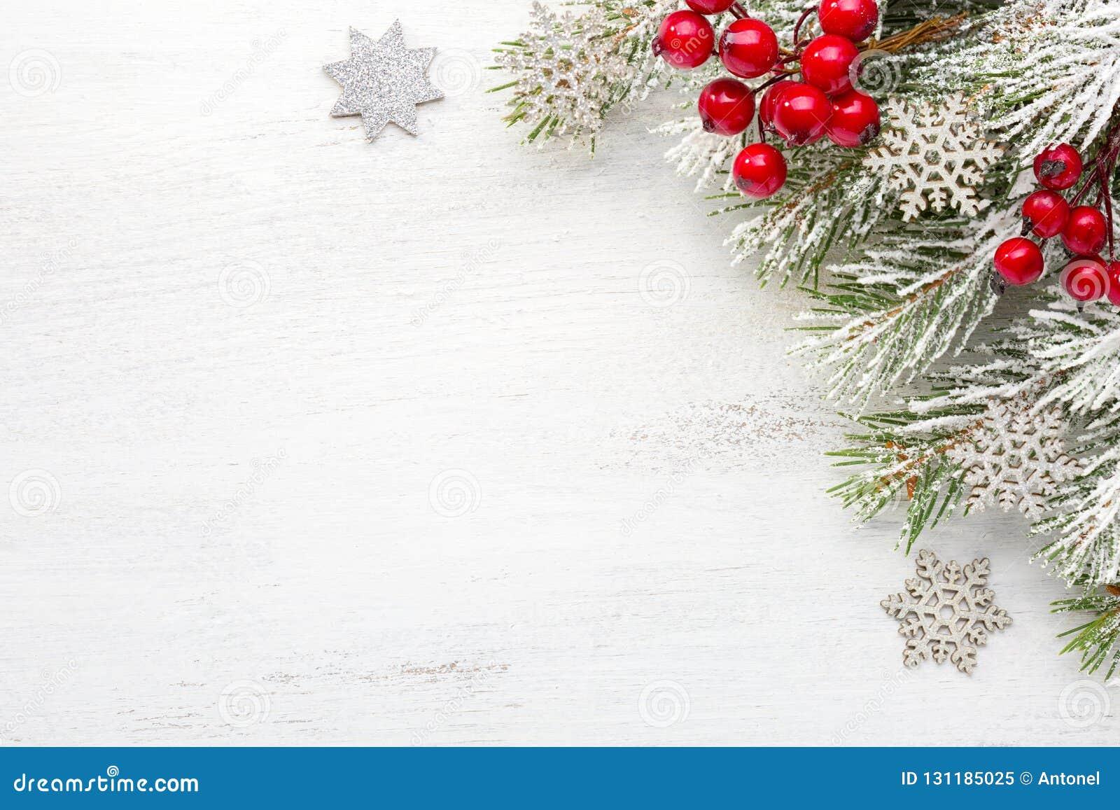 与圣诞装饰的冷杉分支在与空的空间的老木破旧的背景文本的 顶视图