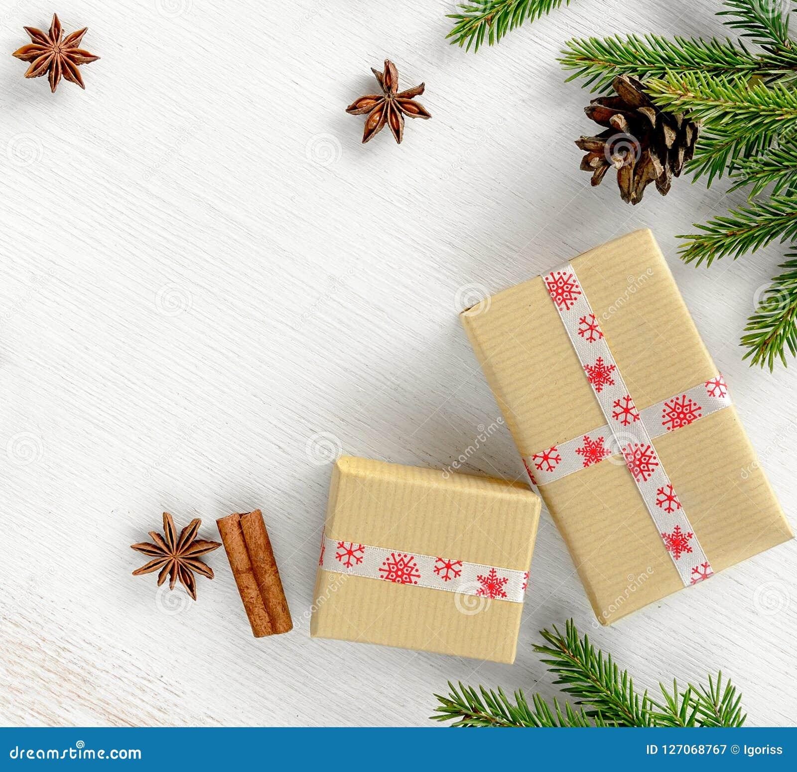 与在牛皮纸包裹的礼物盒的圣诞卡构成,冷杉分支与锥体