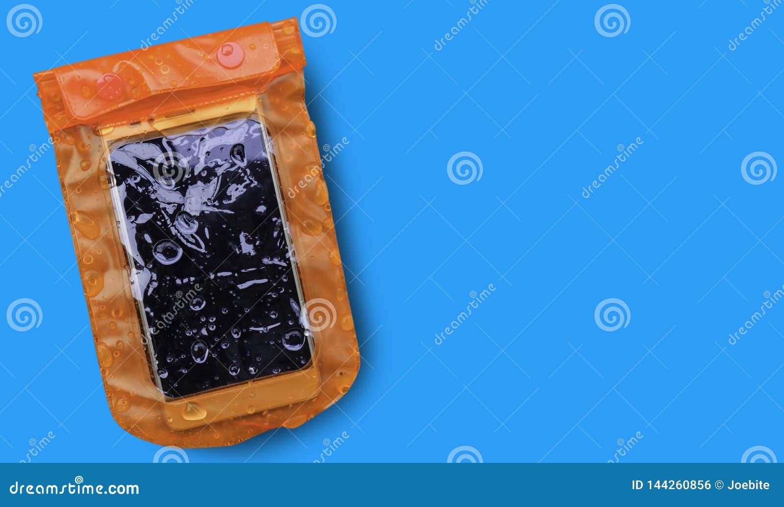与在蓝色背景隔绝的水滴的橙色防水手机盒 PVC邮编锁袋子保护手机或impor