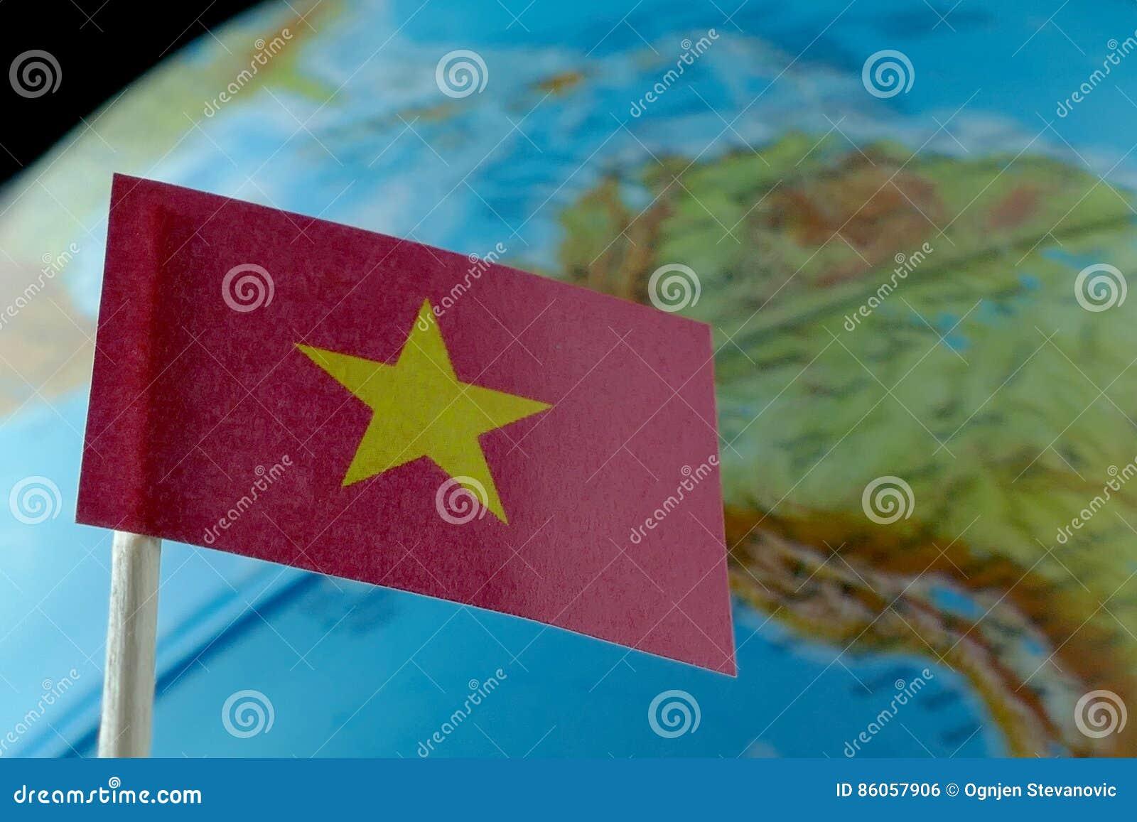 与地球地图的越南旗子作为背景