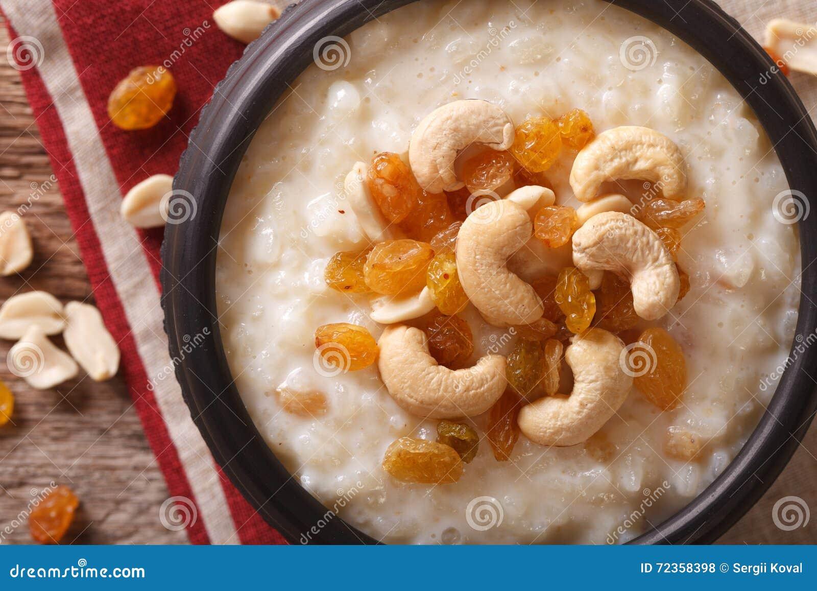 与坚果和葡萄干的甜大米布丁在碗特写镜头 Hori