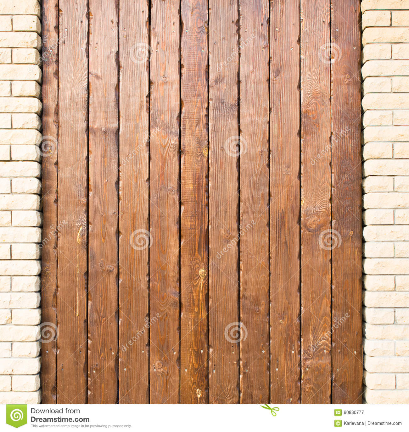 与垂直的板条和砖专栏的木背景