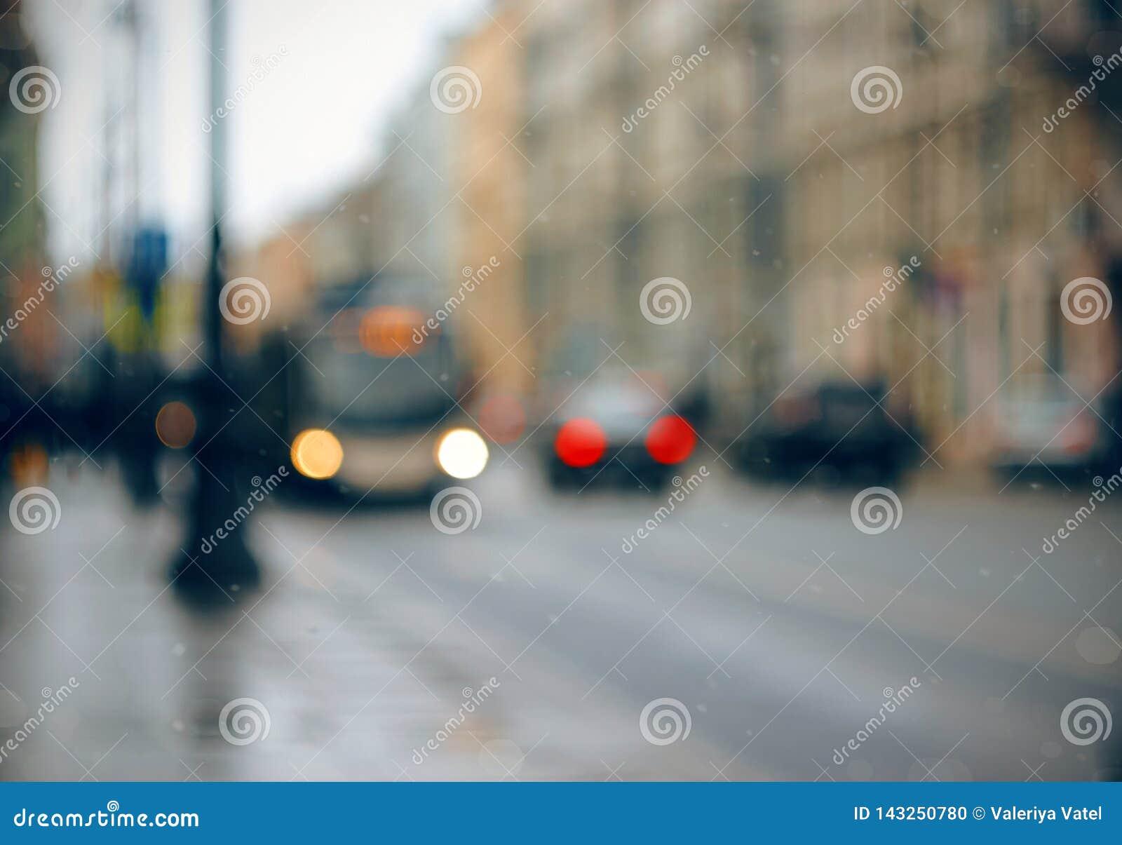 与城市街道的抽象被弄脏的背景,汽车和公共汽车